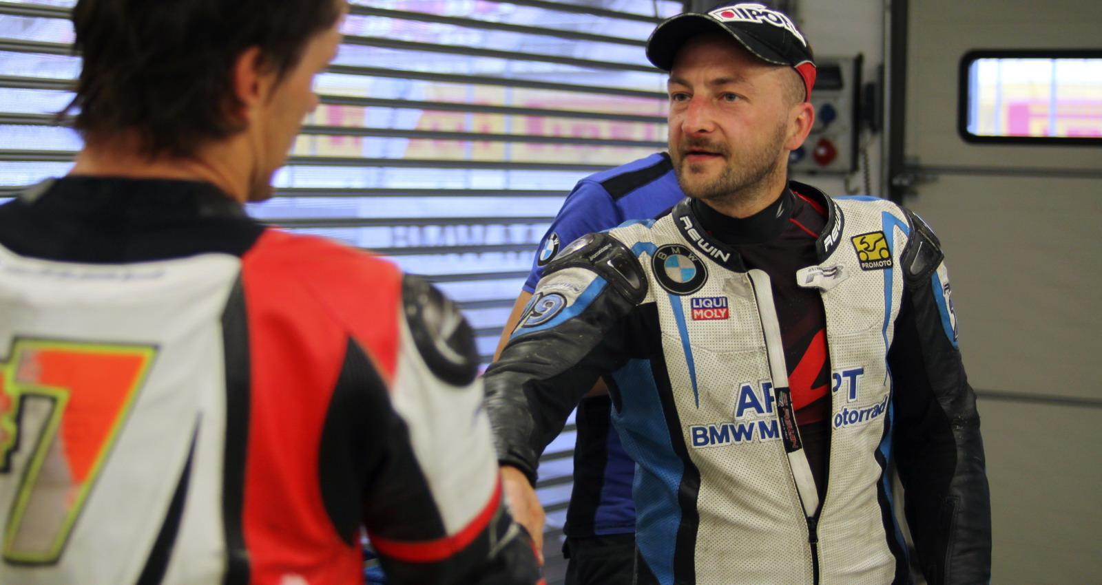Крепкое рукопожатие: Максим Аверкин - победитель гонки, Сергей Власов - самый быстрый на этом этапе