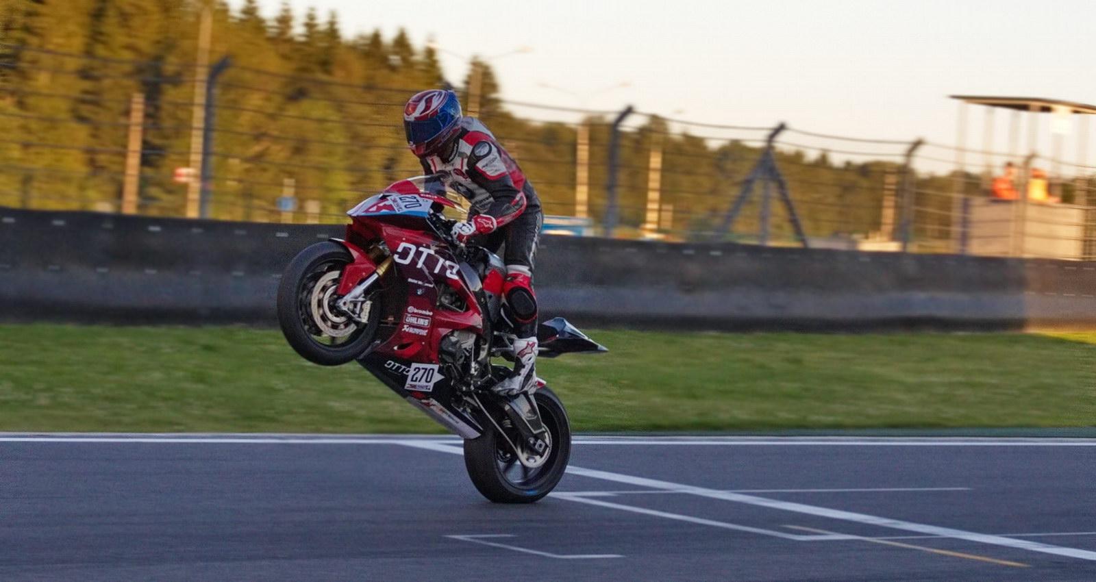 Сергей Власов финишировал в 6-часовой гонке в своем излюбленном стиле - на заднем колесе!